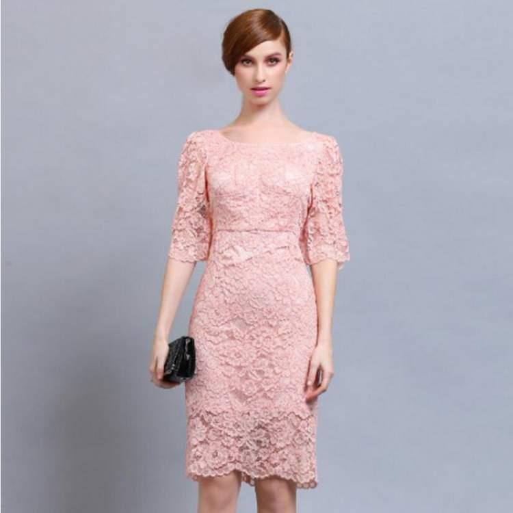 image Por baixo do vestido rosa na fila da loja americana