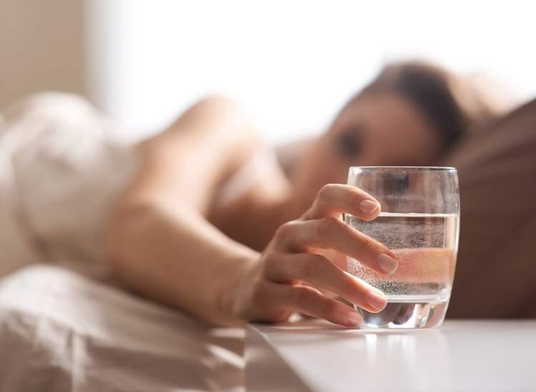 Conheça 10 motivos para beber água em jejum