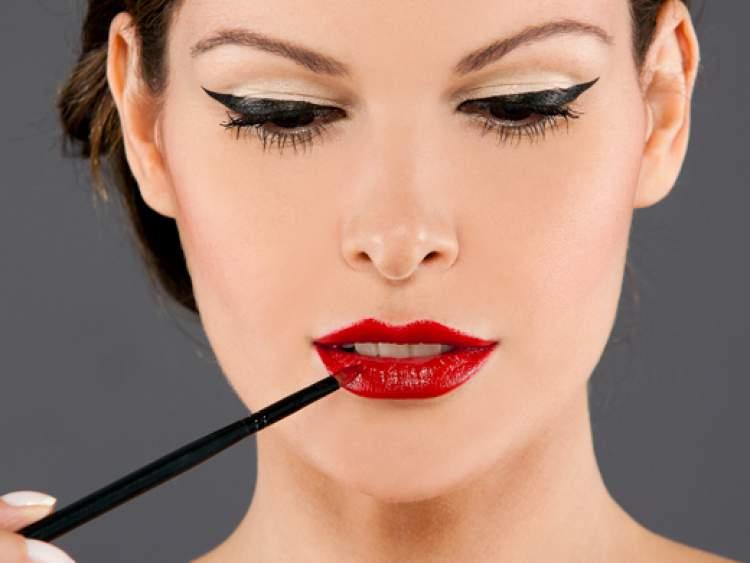 Delineado grosso com batom vermelho deixa a maquiagem extremamente bonita
