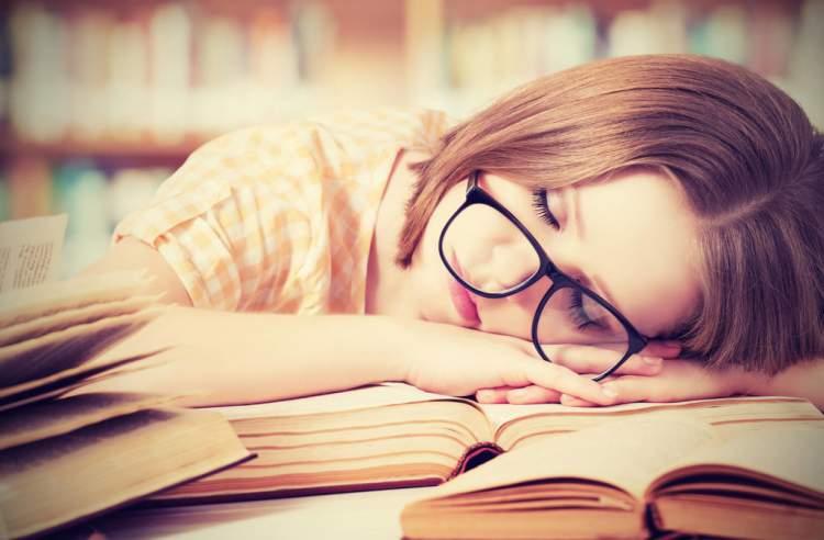 Cansaço e febre intermitente são sintomas comuns de câncer que são frequentemente ignorados