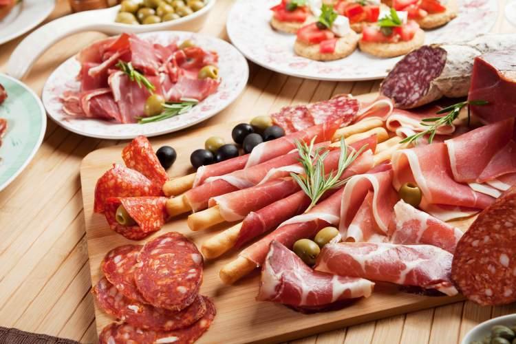 Evite alimentos embutidos quando estiver doente