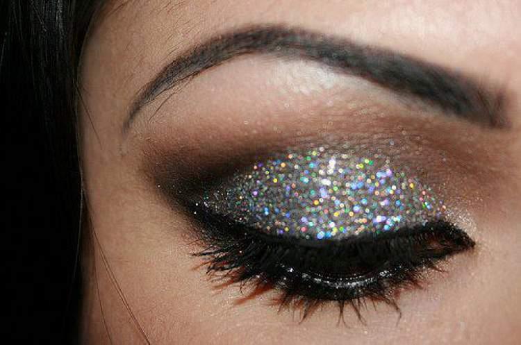Sombra brilhosa deixa a maquiagem extremamente bonita