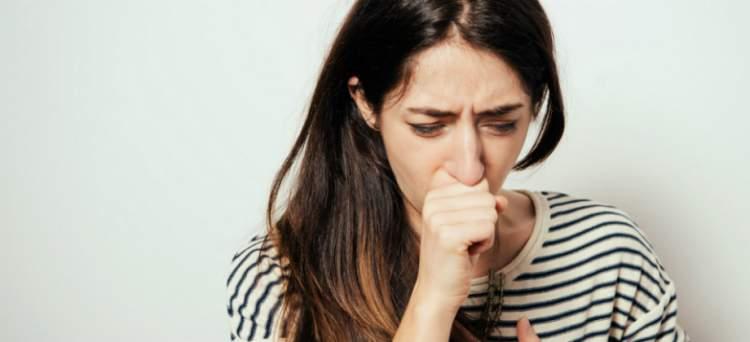 Tosse seca prolongada é um dos sintomas da AIDS