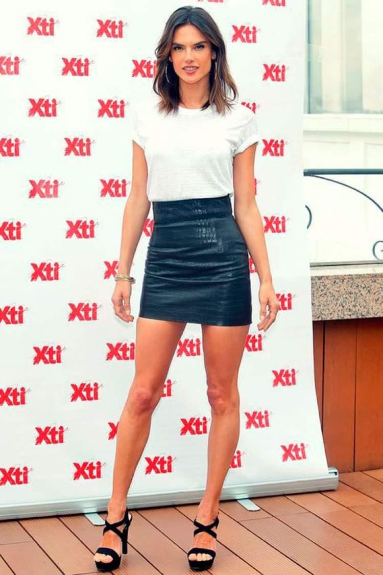 Alessandra Ambrósio usando saia de couro