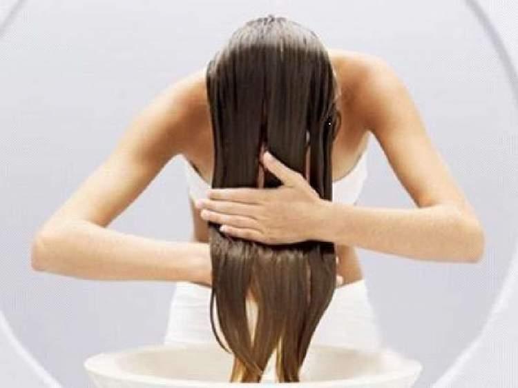 Aqui está a maneira certa de usar o óleo de coco no cabelo para acabar com a queda e conservar a cor dos fios