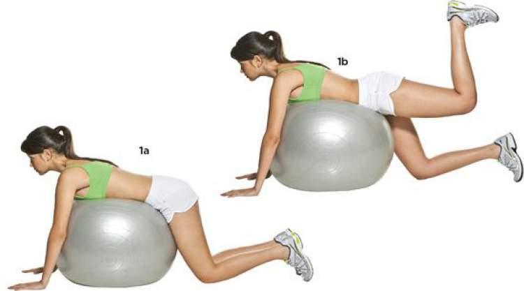 Exercício de quatro apoios com bola para tonificar os glúteos
