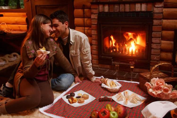 Piquenique na sala é uma maneira de celebrar o dia dos namorados em casa