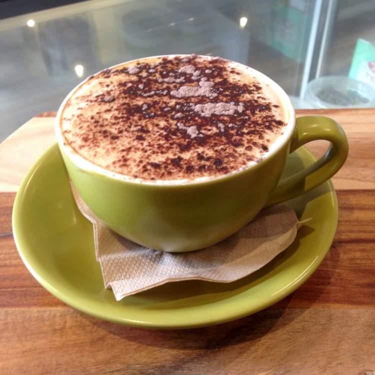 Café com leite e canela são alimentos típicos do inverno que ajudam na perda de peso