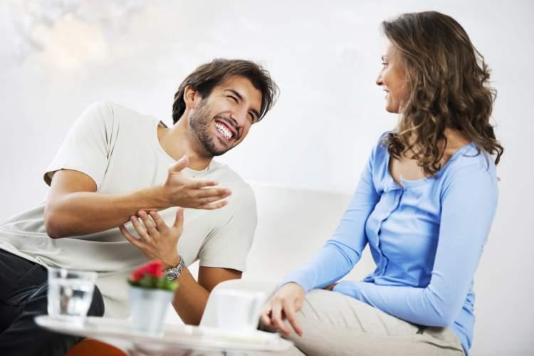 Chamar a atenção é uma das mensagens que os homens mandam quando estão a fim de uma mulher