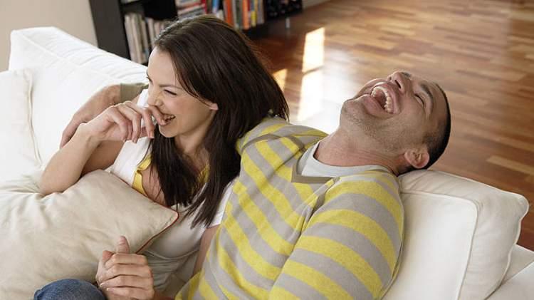 Contar piada é uma das mensagens que os homens mandam quando estão a fim de uma mulher