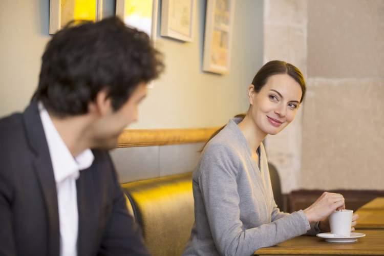 Contato visual é uma das mensagens que os homens mandam quando estão a fim de uma mulher