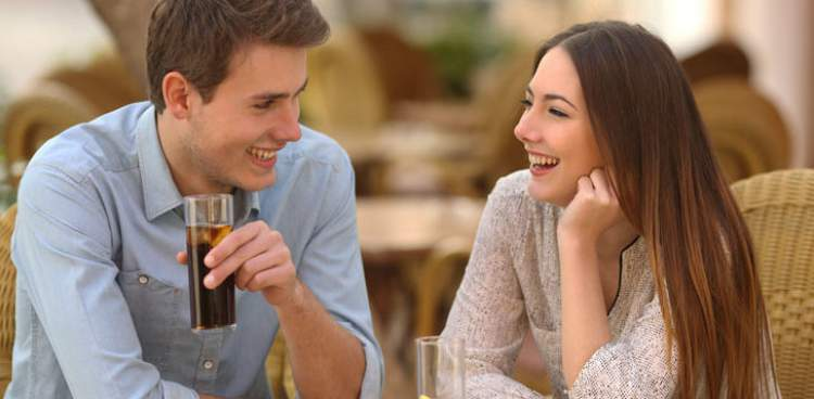 Conversar sobre tudo é uma das mensagens que os homens mandam quando estão a fim de uma mulher