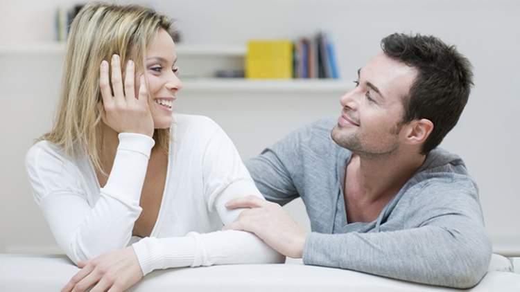 Demonstrar interesse é uma das mensagens que os homens mandam quando estão a fim de uma mulher