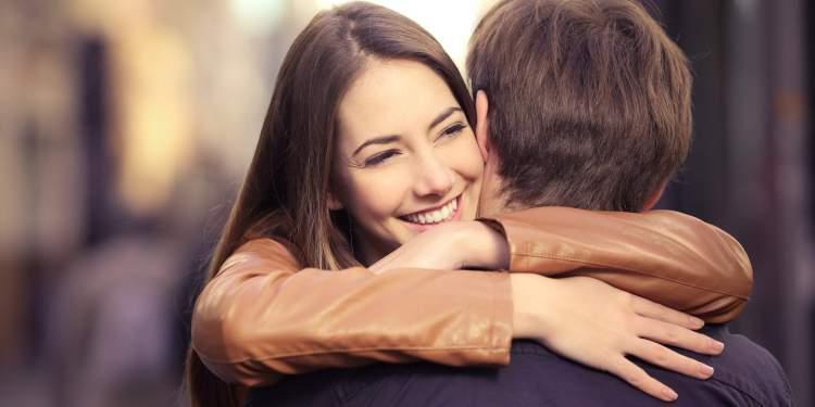 O contato físico é uma das mensagens que os homens mandam quando estão a fim de uma mulher