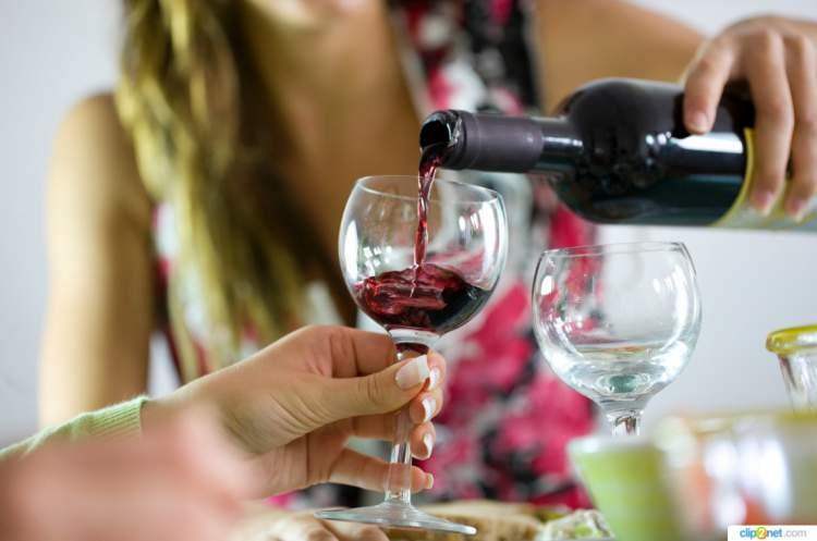 O excesso de álcool pode provocar enxaqueca
