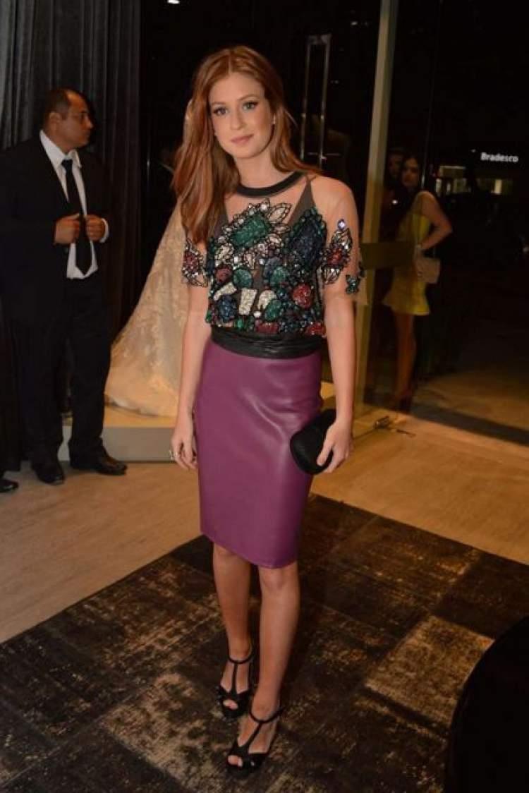 Veja como combinar a saia de couro com look colorido