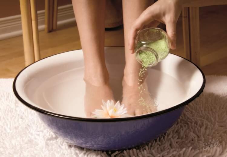 Veja como fazer o escalda pés com o vinagre