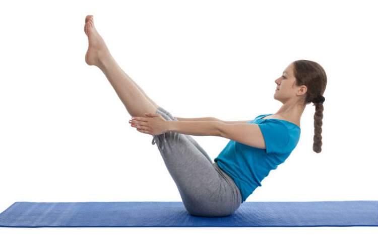 Pratique abdominal com a perna elevada para você ficar com a barriga sequinha