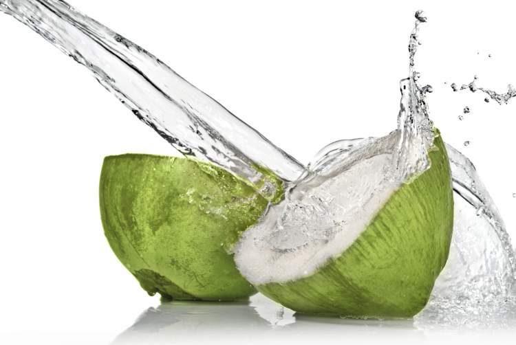 Água de coco ajuda a desinchar o corpo