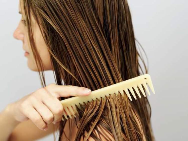 Cuidados ao pentear o cabelo para que os fios cresçam rápido e encorpados