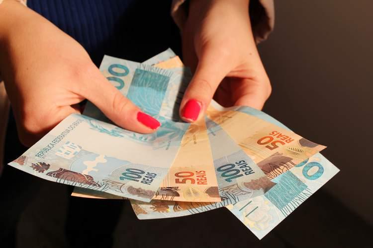 Dificuldade em lidar com dinheiro é um dos sintomas da doença de Alzheimer