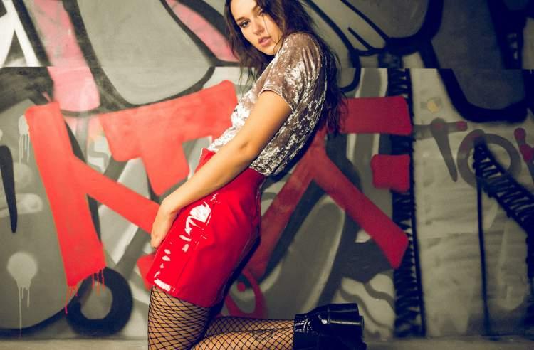 Look sensual com saia vermelha de vinil