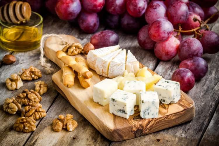 Porção com uvas, queijo e nozes é um dos pratos para você comer a noite e não engordar