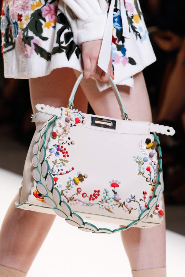 Bolsa com alça de ombro é uma das tendências em bolsa para o verão 2018