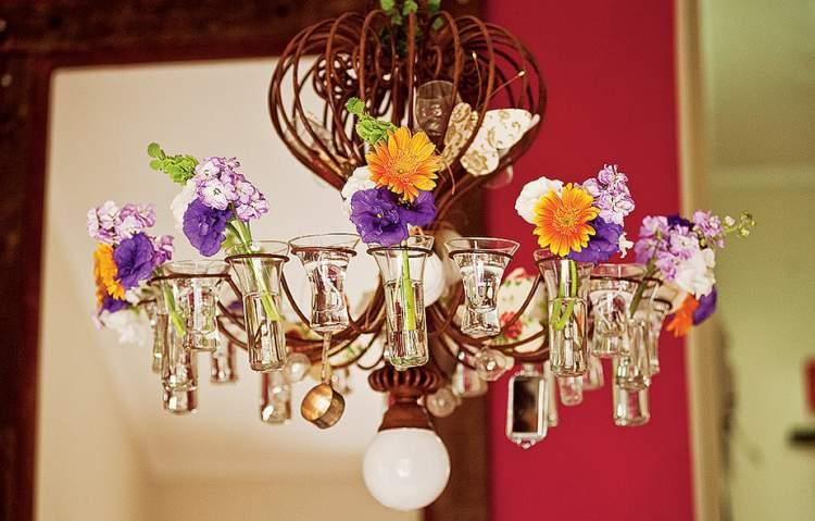Lustre como suporte para mini-vasos de flores