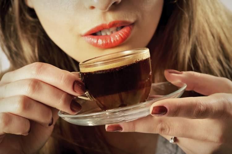 Beba café para evitar a demência ou o mal de Alzheimer