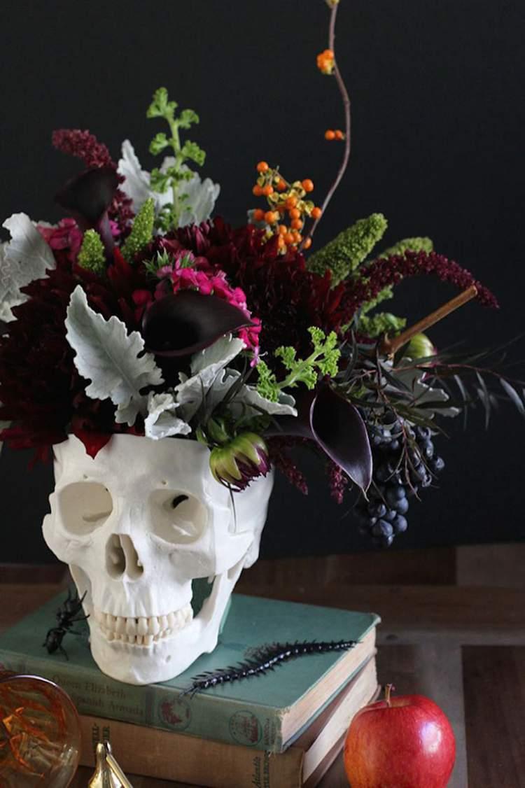 Crânio como vaso de flores