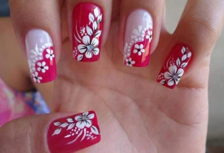 Desenhos de flores nas unhas