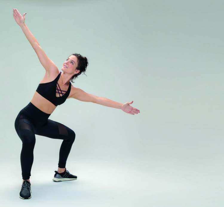 Faça agachamento com rotação para chapar a barriga e definir o corpo