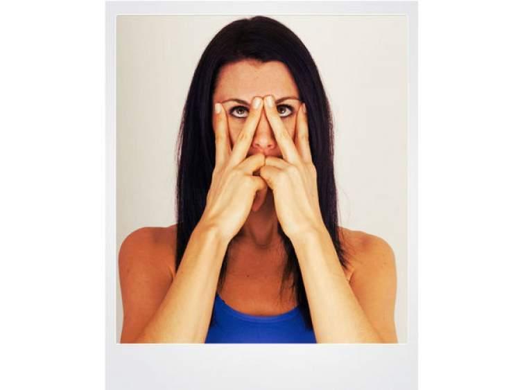 Ginástica facial para eliminar marcas de expressão