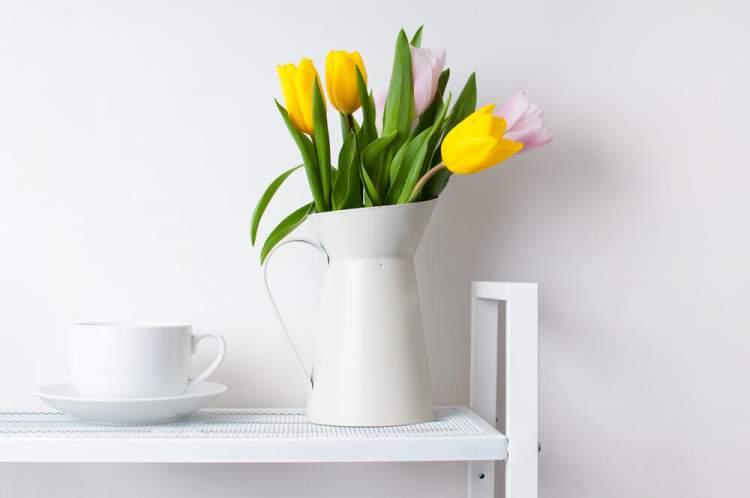Use a jarra de leite como vaso de flores