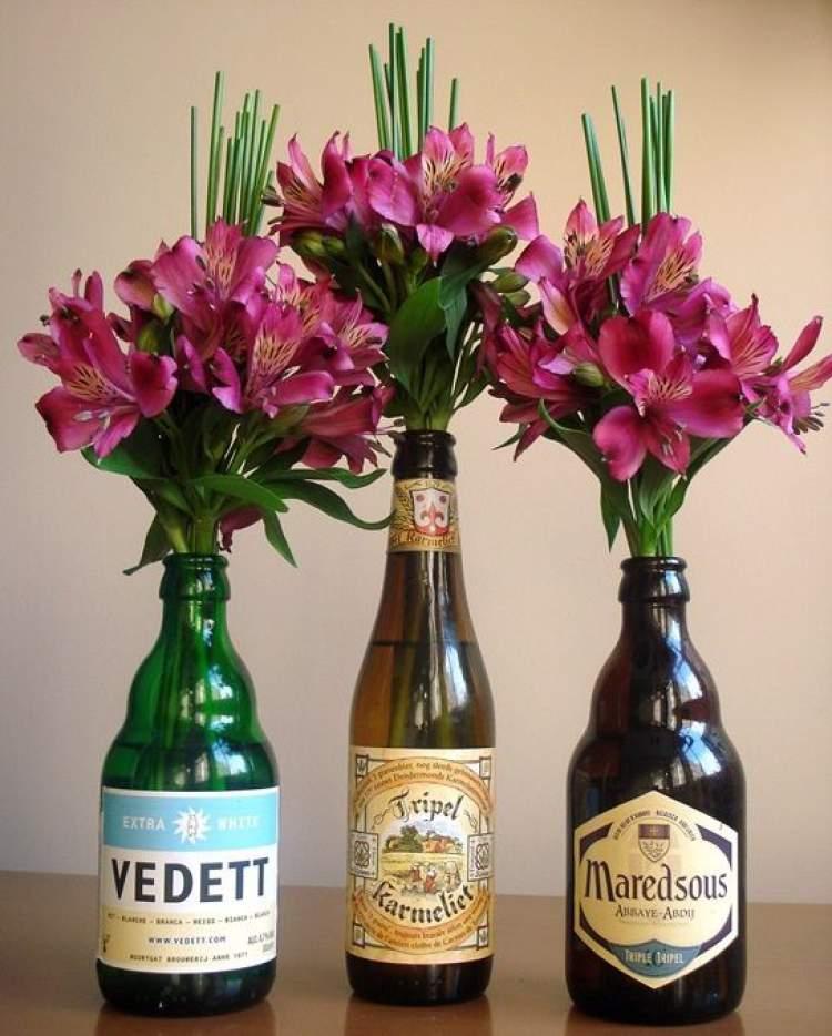 Use garrafas com rótulos como vasos
