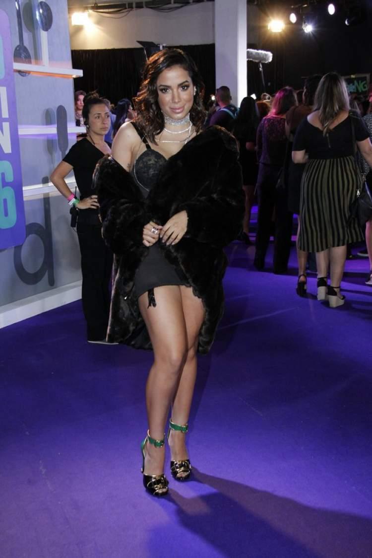 A camisolinha com casaco de pele foi um dos looks de Anitta que quebraram a Internet