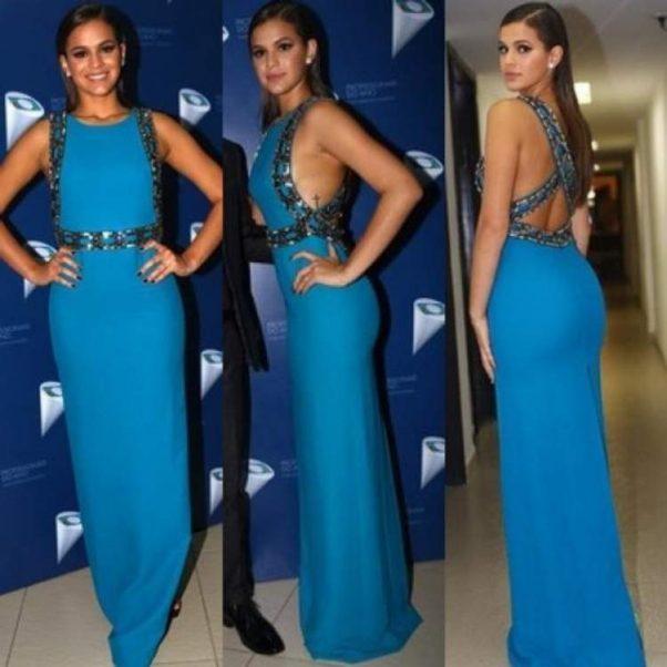 Bruna Marquezine usando vestido longo da Gucci decotado nas costas