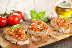 Bruschetta Fit é uma das opções de lanches leves para você não dormir com fome