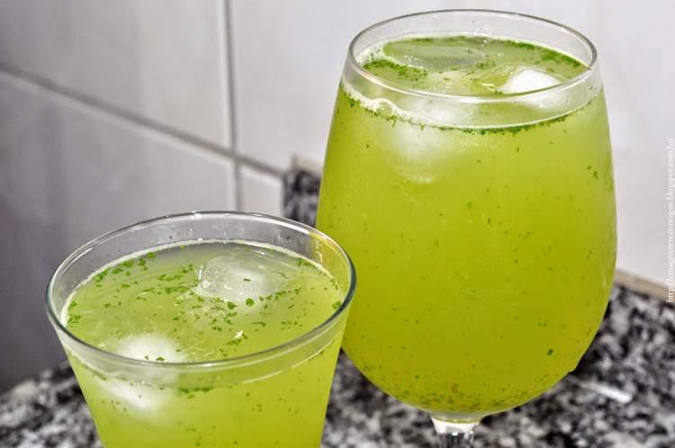 Suco de limão com chá de erva cidreira