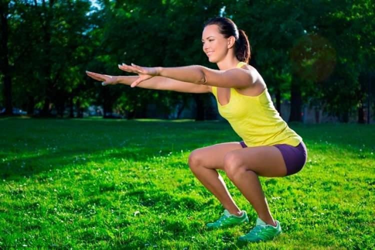 Agachamento é um dos exercícios para tonificar pernas e glúteos