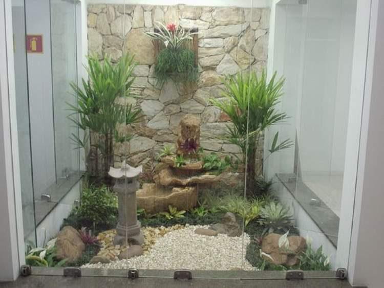 Área externa decorada com jardim de inverno