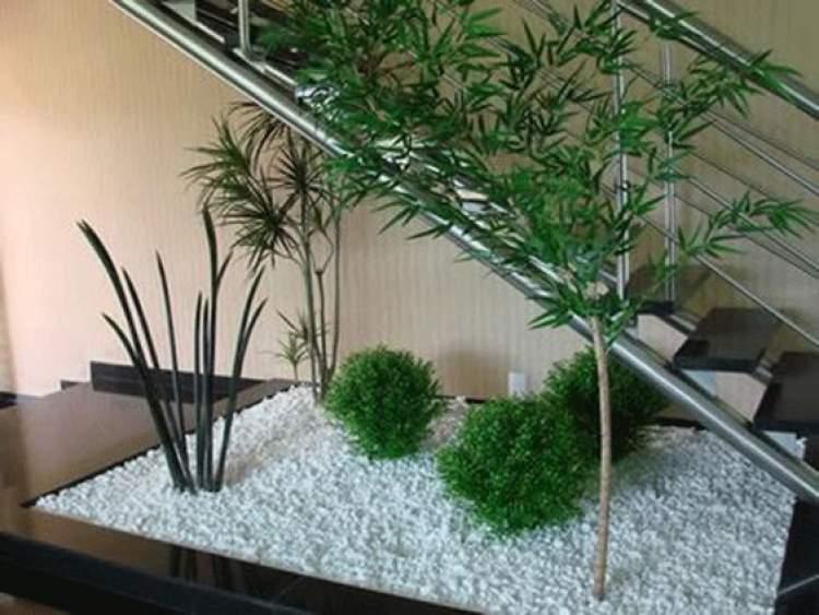 Como aproveitar o espaço embaixo da escada colocando um jardim de inverno