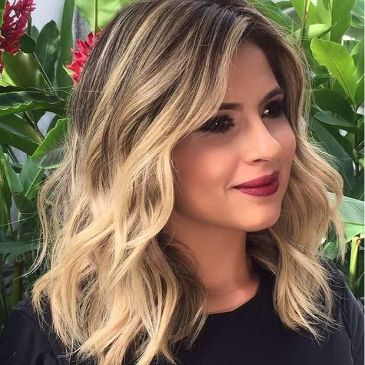 Loiro com fundo escuro é uma das tendências em cores de cabelo 2018
