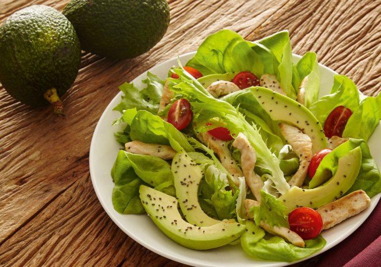 Salada de abacate com frango e folhas verdes