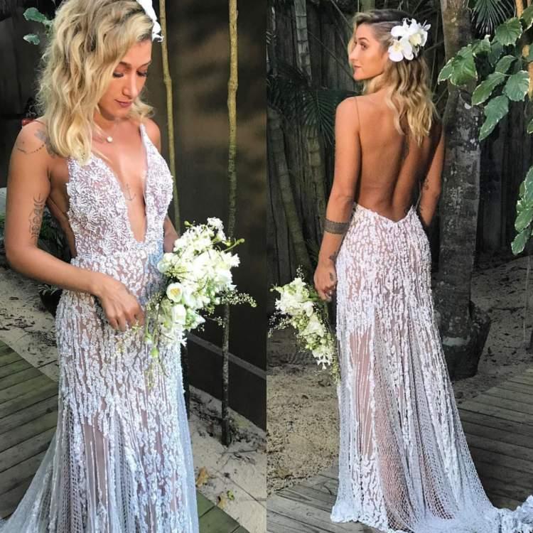 Vestido de noiva incrível da influencer Gabriela Pugliesi, feito sob medida para um casamento diurno na praia