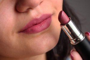 Batom de textura creme é um dos truques de maquiagem que enlouquecem os homens