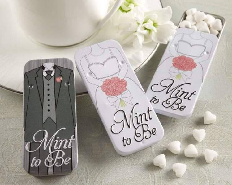 Latinha com balas noivinho e noivinha é uma das lembrancinhas de casamento para comer