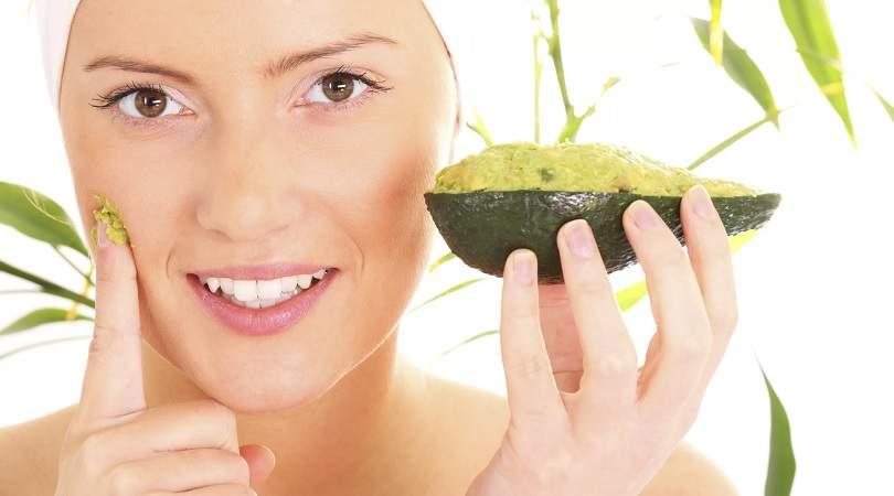 Peeling caseiro de abacate para reduzir estrias e marcas de expressão