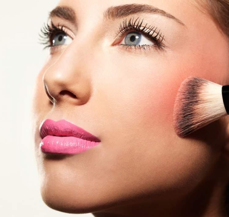 Rubor natural é um dos truques de maquiagem que enlouquecem os homens